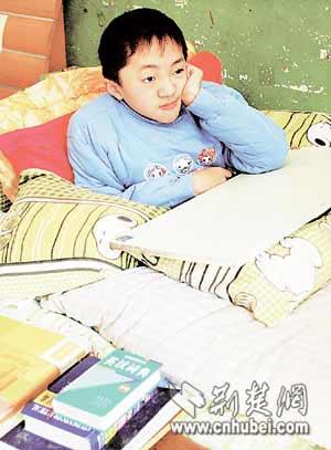 """""""玻璃男孩""""的十平米生活 一个喷嚏能骨折(图)"""