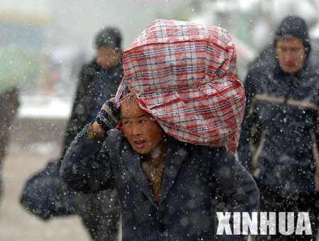 安徽降大雪 数万旅客滞留合肥(组图)