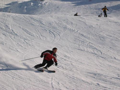 铁力士山滑雪场热闹非凡