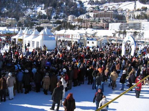冰上马球赛:雪场人海