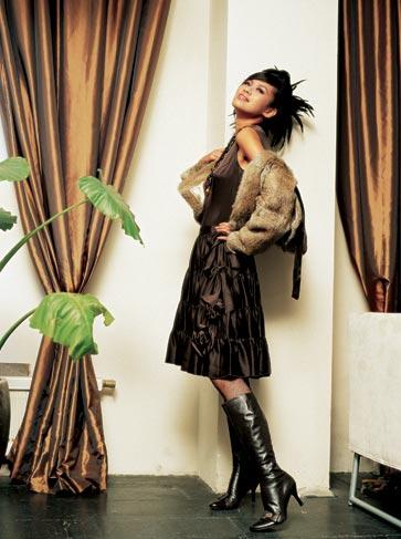 近年流行的印花皮草服装将在2006年再度流行,可以通过和素色服装搭