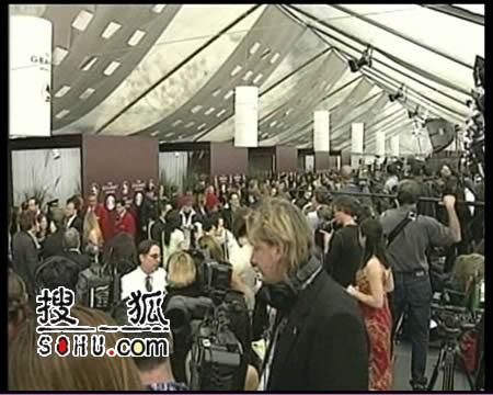 第48届格莱美颁奖进行时 群星接受采访(组图)