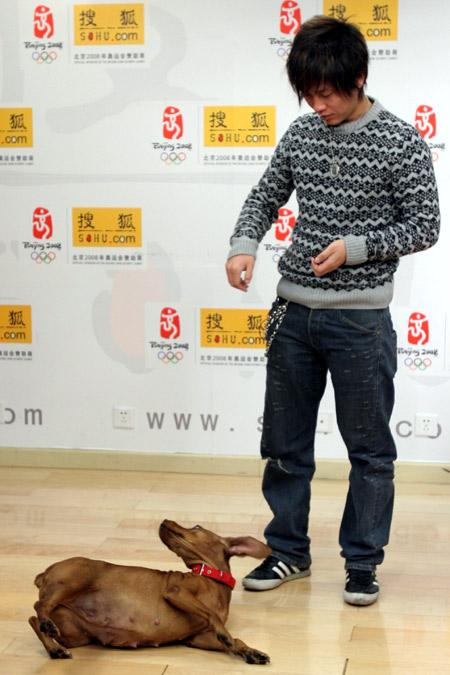 """歌手阿木携宠物狗做客 """"笨笨""""大秀过人才艺"""