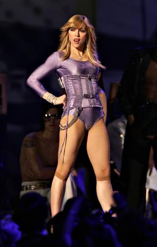 图文:麦当娜舞台上姿势性感诱惑 大胆吐舌
