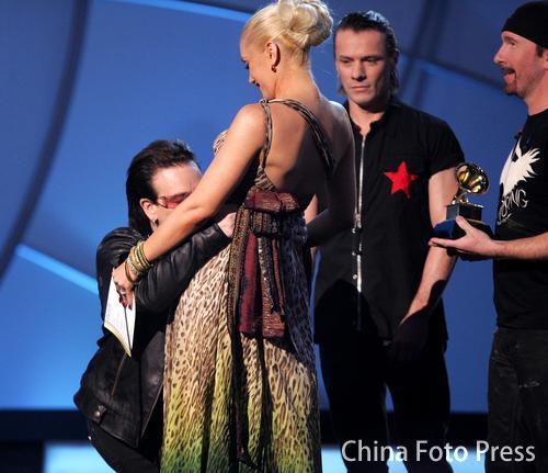 "U2上台领奖亲吻""准妈妈""史黛芬妮腹部(图)"