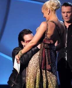 """第48届格莱美颁奖典礼-U2上台领奖亲吻""""准妈妈""""史黛芬妮腹部"""