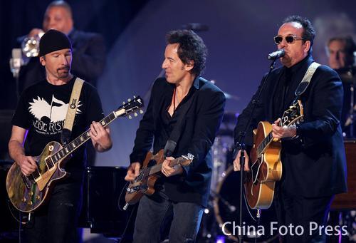 U2乐队获颁最佳摇滚唱片 集体上台领奖并表演