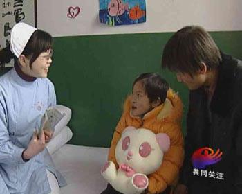 """17岁男孩路边抱回残疾弃婴 凑钱为""""女儿""""医病"""