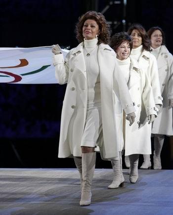图文:都灵冬奥会开幕式 护送奥运五环旗