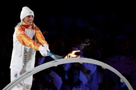 图文:都灵冬奥会开幕式 火炬手点燃圣火瞬间