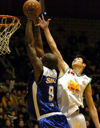 山东负于上海 奥科萨在比赛中扣篮