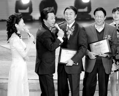 央视元宵晚会昨颁奖 本山蝉联朱军冯巩惹争议