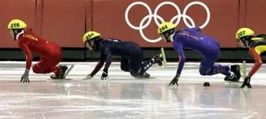 图文:冬奥会短道速滑男子1500米 阿波罗不慎摔倒