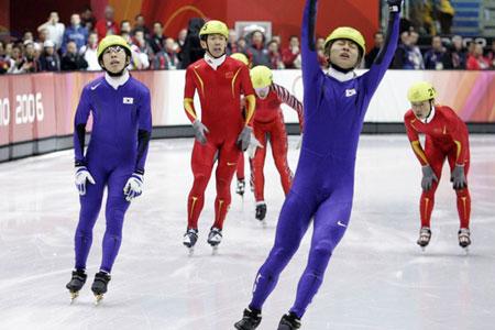 图文:冬奥会短道速滑男子1500米 李佳军奋力冲刺