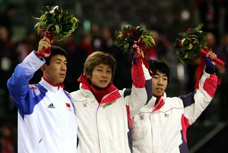 图文:冬奥会短道速滑男子1500米 李佳军拿鲜花