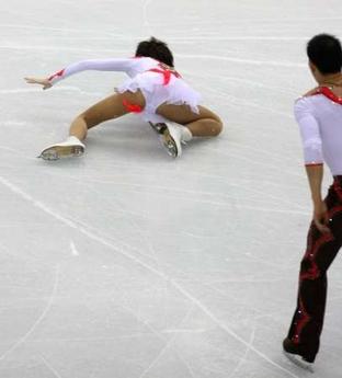 图文:冬奥会双人自由滑 张丹抛跳失误的瞬间