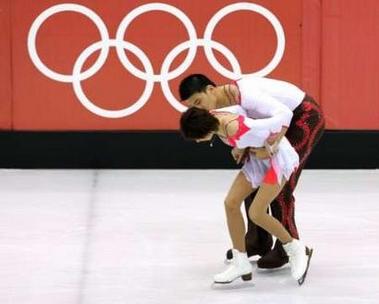 图文:冬奥会双人自由滑 张昊搀扶亲密伙伴张丹