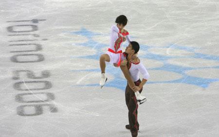 图文:冬奥双人自由滑项目 张丹坚持继续比赛