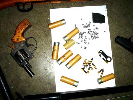 图文:刘建生吸毒被拘留 警方缴获的枪和弹药