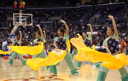 图文:火箭胜快船 华裔少年表演中国民族舞蹈