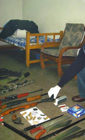 图文:刘建生吸毒被拘留 同犯李某的枪和刀