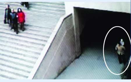 办公楼监控录像锁定弃婴全过程 家属曾轮流望风