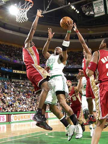 NBA图:凯尔特人负骑士 詹姆斯封盖皮尔斯