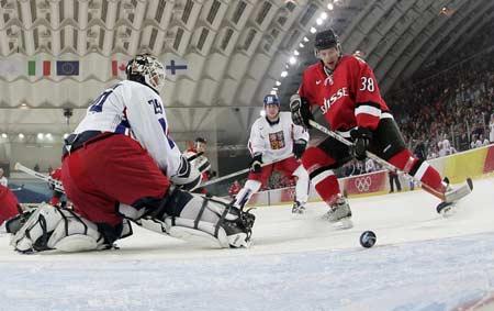 图文:冬奥冰球瑞士3-2捷克 瑞士队破门瞬间