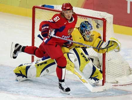 图文:冬奥冰球俄罗斯vs瑞典 比赛刺激激烈