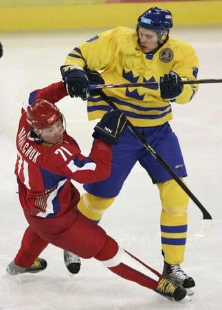 图文:冬奥冰球俄罗斯vs瑞典 瑞典球员身体强壮