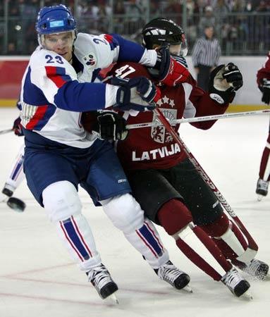 图文:冬奥冰球斯洛伐克vs拉脱维亚 比赛激烈