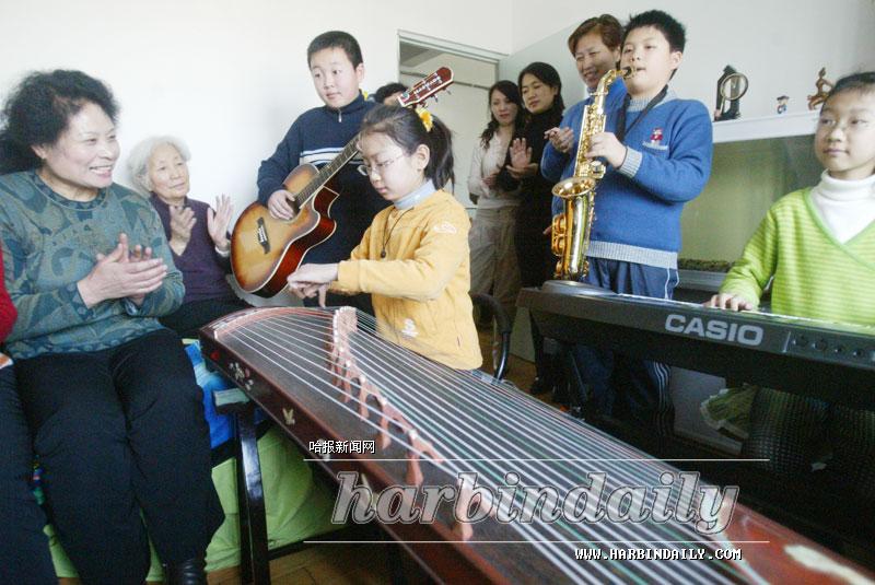 社区举办家庭音乐会(图)-搜狐新闻图片
