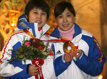 于再清为王濛颁发金牌 拿到金牌第一个想到教练