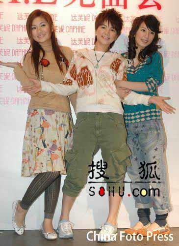 """S.H.E沪代言女鞋品牌 """"月桂女神""""俏丽可爱"""