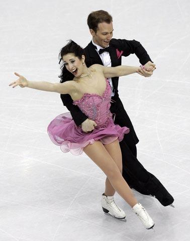 图文:冬奥会花样滑冰 美国选手在比赛中