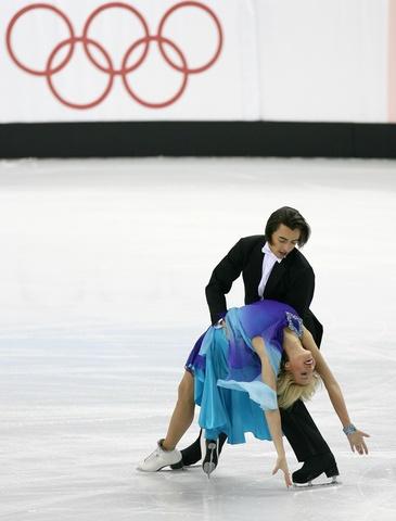 图文:冬奥会花样滑冰 阿塞拜疆选手在比赛中