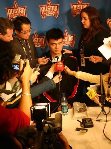NBA图:全明星赛前 姚明接受各国记者采访
