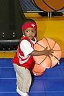 特雷西玩着玩具篮球
