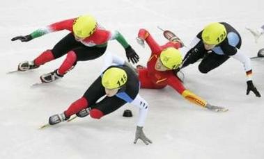 图文:短道速滑女子1500米 程晓蕾跌到的一瞬