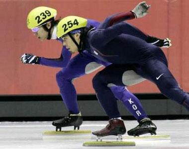 图文:冬奥短道速滑男子1000米 安贤洙超越阿波罗