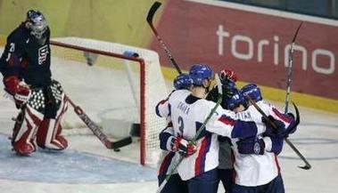 图文:冬奥男子冰球美国vs斯洛伐克 精彩瞬间