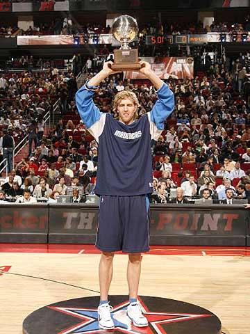 NBA图:全明星三分球大赛 诺维茨基高举奖杯