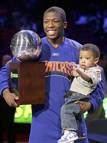 NBA图:全明星扣篮赛 罗宾逊带儿子一起捧杯