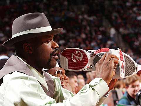 """NBA图:全明星扣篮大赛 奥尼尔拿""""鞋""""拍摄"""