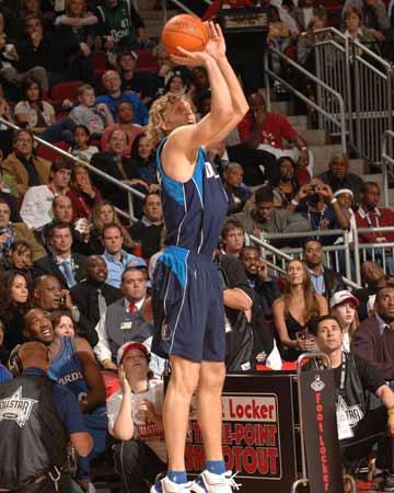 NBA图:全明星三分大赛 诺维茨基准备出手