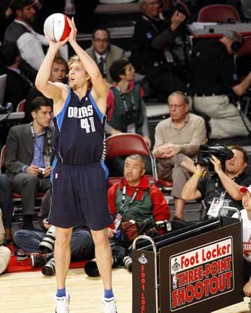 NBA图:全明星三分大赛 诺维茨基投花球