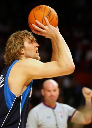 NBA图:全明星周末 诺维茨基在远投比赛中投篮