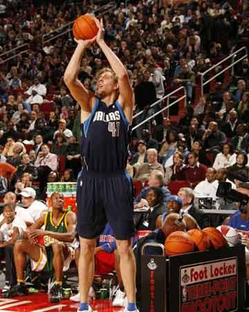 NBA图:全明星三分大赛 诺维茨基跃起投篮
