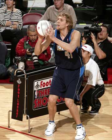 NBA图:全明星三分大赛 诺维茨基瞄准篮筐