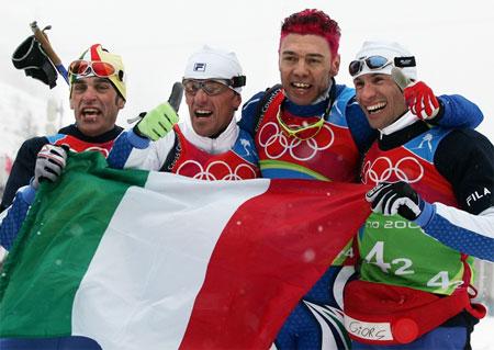 图文:越野滑雪接力东道主摘金 与国旗共庆胜利